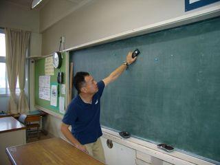 教室の照度測定風景