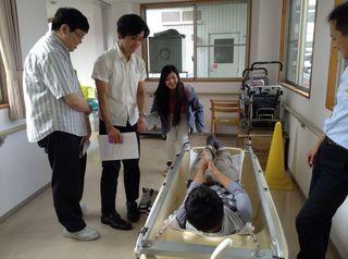 交互に患者さんと介護者の立場になって体験